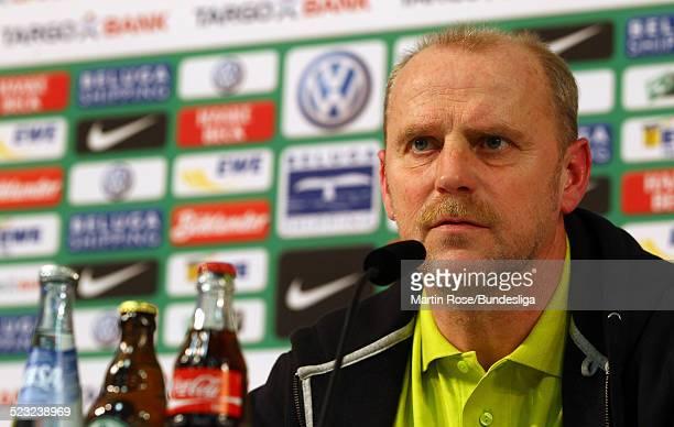 Bremen's Trainer Thomas Schaaf gibt ein Interview waehrend der Pressekonferenz nach dem Bundesligaspiels zwischen SV Werder Bremen Bayer Leverkusen...