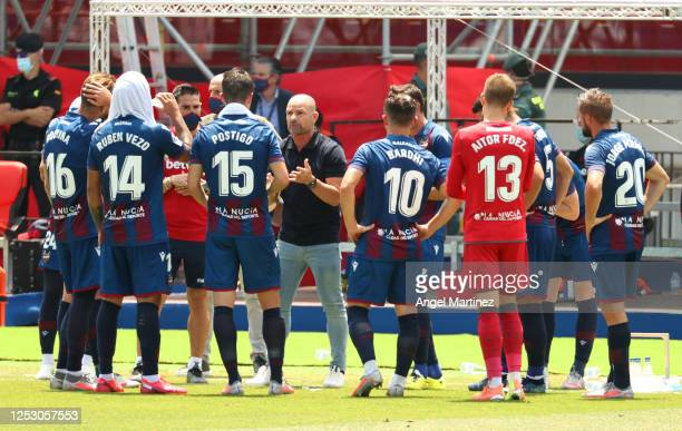Brendan Rodgers Manager of Leicester City speaks to his team during a drinks break during the La Liga match between Levante UD and Real Betis...