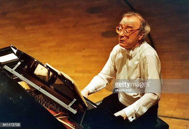 Brendel Alfred *Pianist Oesterreich am Klavier bei einem Konzert 2000