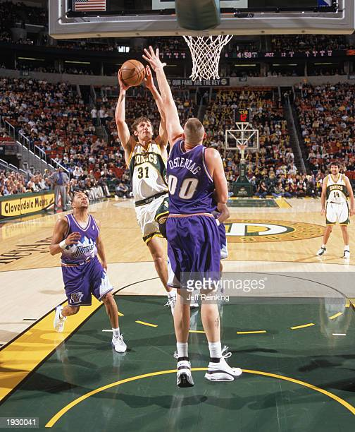 Brent Barry of the Seattle Sonics shoots over Greg Ostertag of the Utah  Jazz during the 0a91481d9