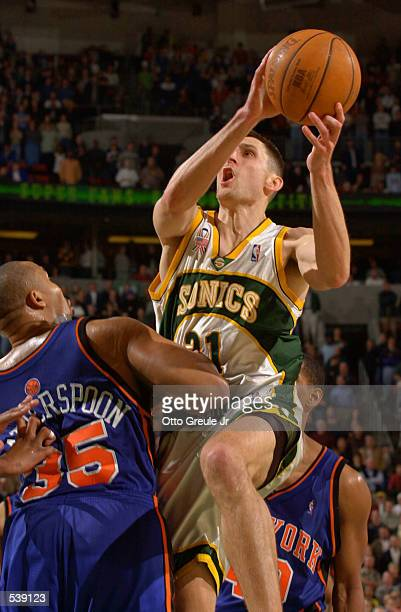 Brent Barry of the Seattle SuperSonics drives against Clarence Weatherspoon of the New York Knicks during second half action at Key Arena in Seattle...