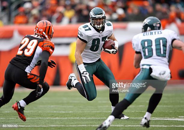 Brent Celek of the Philadelphia Eagles runs with the ball during the NFL game against the Cincinnati Bengals at Paul Brown Stadium on November 16...