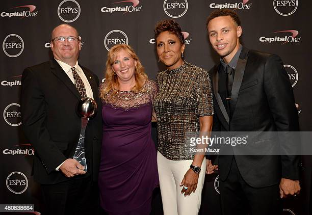 Brent Hill with Lisa Hill and Robin Roberts and NBA player Stephen Curry with the award for Best Moment at The 2015 ESPYS at Microsoft Theater on...