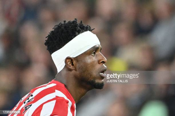 Brentford's Nigerian midfielder Frank Onyeka plays with a bandage on his head during the English Premier League football match between Brentford and...
