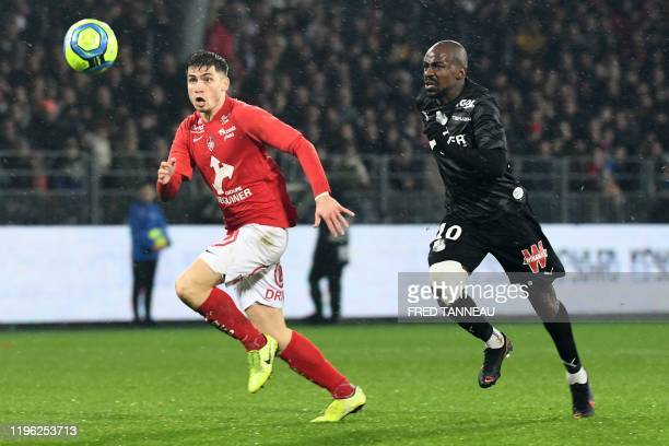 Brest's French defender Romain Perraud vies with Amiens' Congolian forward Gael Kakuta during the French L1 football match between Stade Brestois 29...