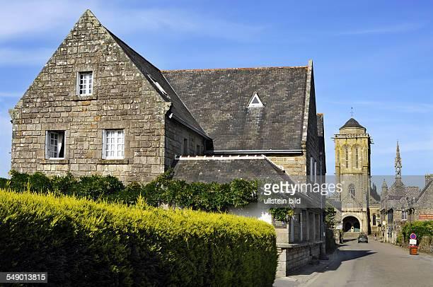 Locronan mit der Kirche St Ronan und der Chapelle du Penity