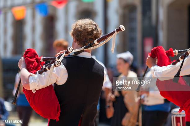 breton musicians in traditional costume playing bagpipes - gwengoat stock pictures, royalty-free photos & images
