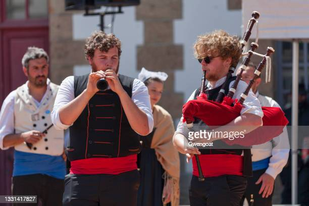 breton musicians in traditional costume playing bombard and bagpipe - gwengoat stock pictures, royalty-free photos & images