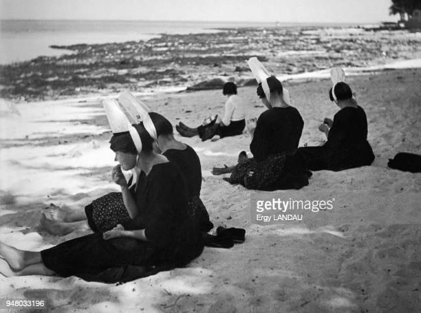 Breton women and bigoudens on the beach Bretonnes et bigoudens sur la plage