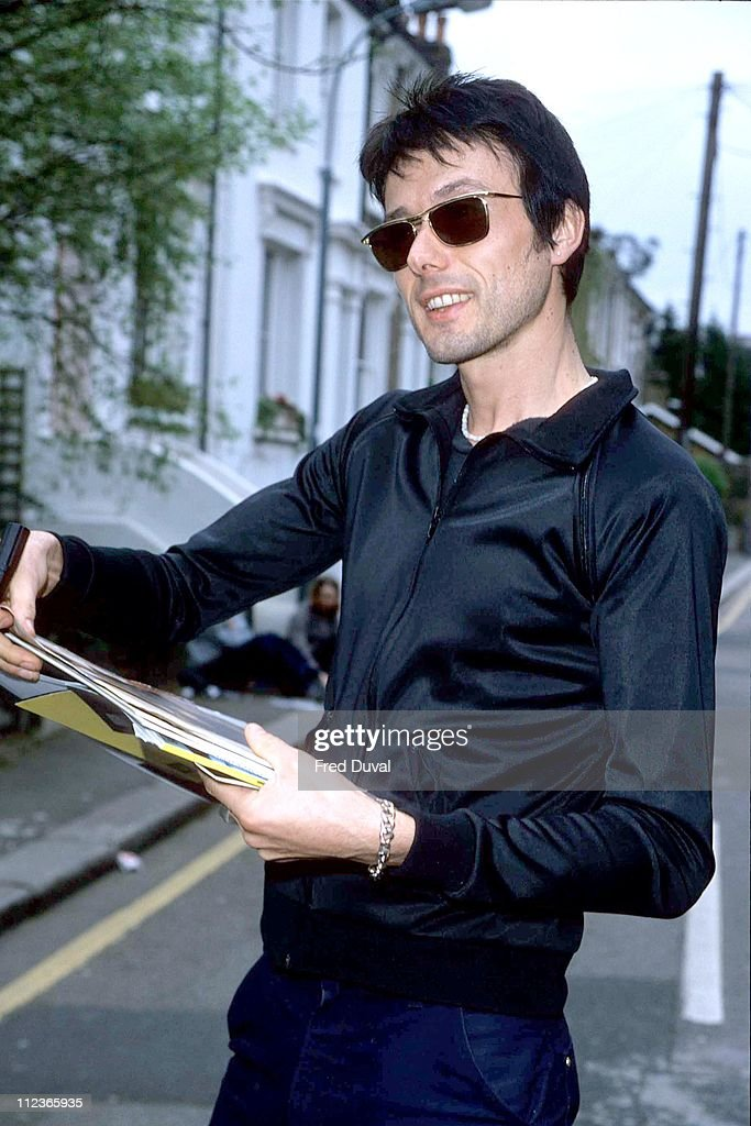 """Brett Anderson from """"Suede"""" arrives at TFI Friday - April 1, 1999"""