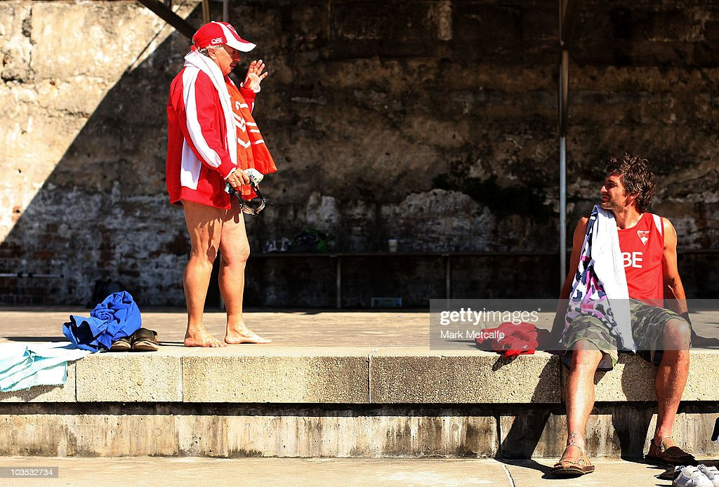 Brett Kirk chats to a local Swans fan during a Sydney Swans AFL recovery session at Coogee Beach on August 22, 2010 in Sydney, Australia.