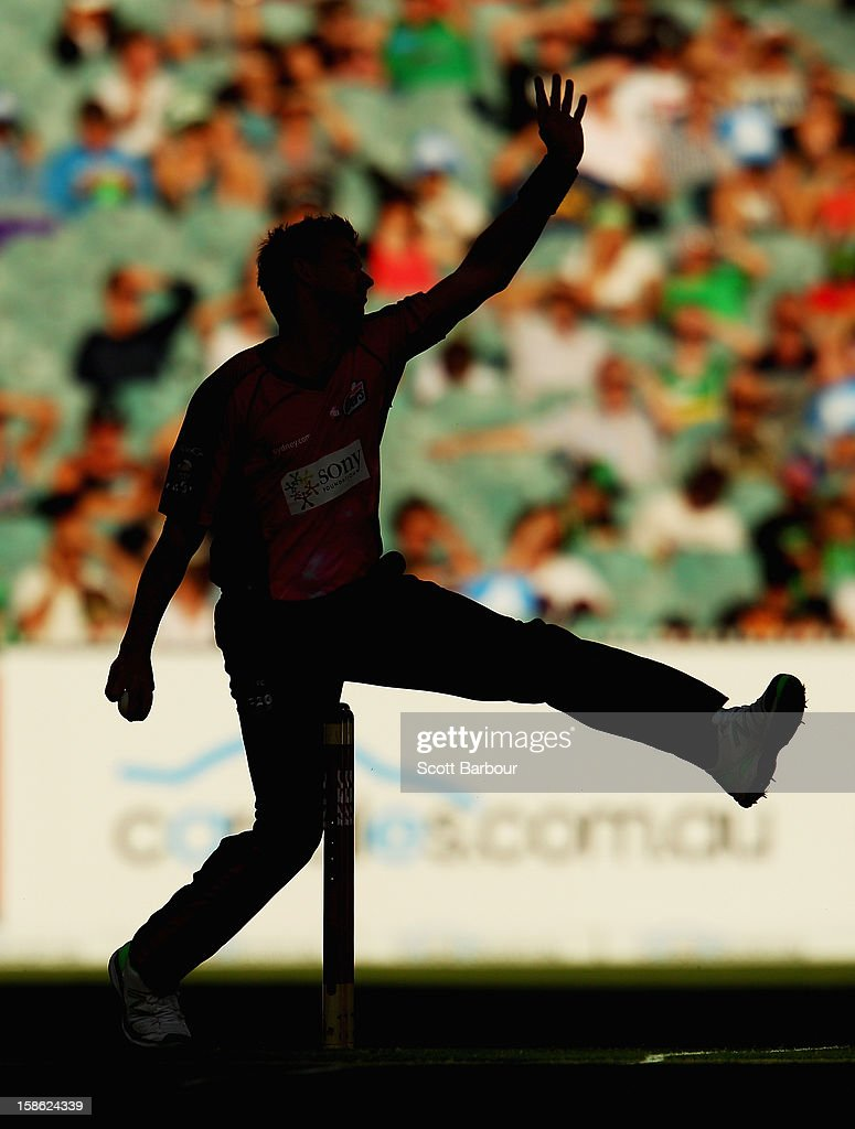 Brett Lee of the Sixers bowls during the Big Bash League match between the Melbourne Stars and the Sydney Sixers at Melbourne Cricket Ground on December 21, 2012 in Melbourne, Australia.