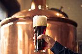 Brewer glas bitter ale bier houden op brouwerij