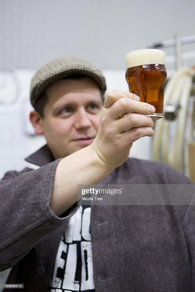 brewer tasting and checking beers clarity : Bildbanksbilder