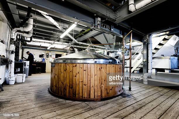 Brewing process, mash tun and dissolving vat