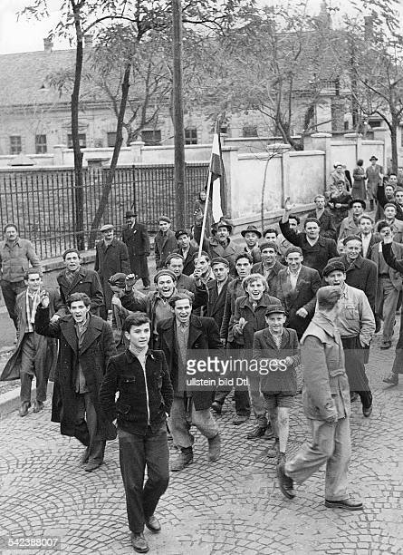 Bürger der Stadt Györ auf dem Weg nach Budapest Ende Oktober 1956