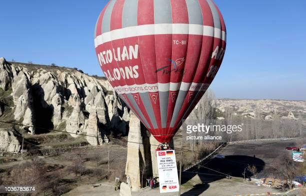 Bürger grüßen aus einem Heißluftballon Bundeskanzlerin Merkel am während ihrer Besichtigung des Göreme Nationalpark in der Türkei Anschließend reist...