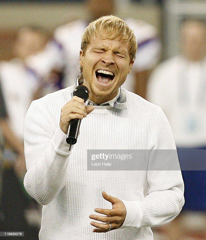 Brian Littrell Sings National Anthem at Minnesota Vikings vs Detroit Lions - December 10, 2006 : News Photo