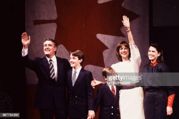 Brian Mulroney fête sa victoire dans l'élection fédérale canadienne en compagnie de sa femme Mila et ses enfants Ben Mark et Caroline le 21 novembre...
