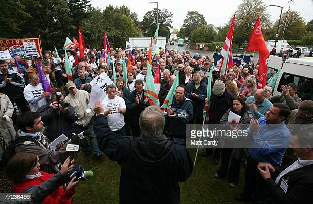 Brian Revell a trade union speaker talks to workers protesting outside the Cadbury's Somerdale factory on October 9 2007 in Keynsham England The...