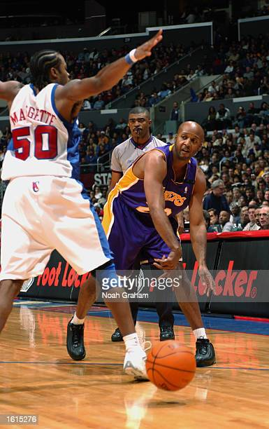 Brian Shaw of the Los Angeles Lakers throws a pass around Corey Maggette of the Los Angeles Clippers during the game at Staples Center on November 1...
