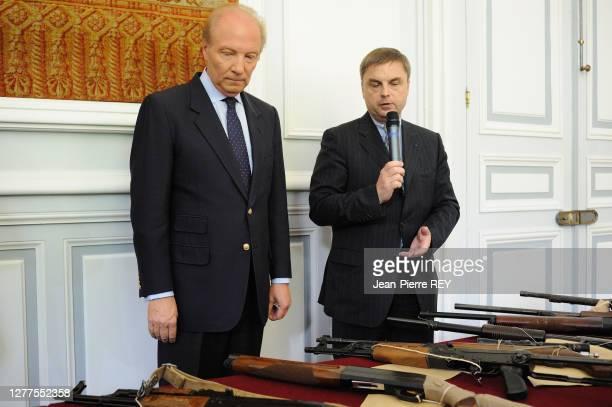 Brice Hortefeux avec Christian Flaesch présente aux journalistes des prises d'armes et des saisies de drogues le 6 juillet 2006 à Paris, France.