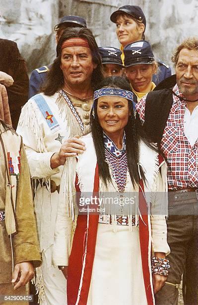 Brice Pierre *Schauspieler Saenger F als 'Winnetou' mit seiner Frau Hella als Indianerin bei den KarlMayFestspielen in Bad Segeberg im Hintergund...