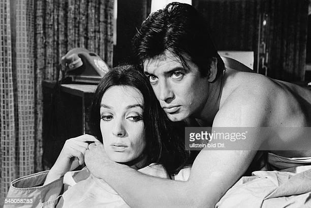 Brice Pierre *Schauspieler Saenger F mit Marie Laforet in einer Szene desFilms 'Der 13 Wunsch' 1967