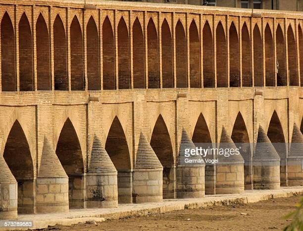brick arches repetition pattern. - ザーヤンド川 ストックフォトと画像