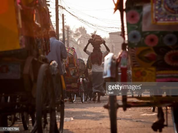 mattone vettore sulle strade affollate bangladesh - bangladesh foto e immagini stock