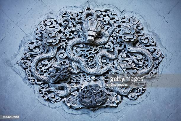 brick carvings crossed dragon - reliefskulptur stock-fotos und bilder
