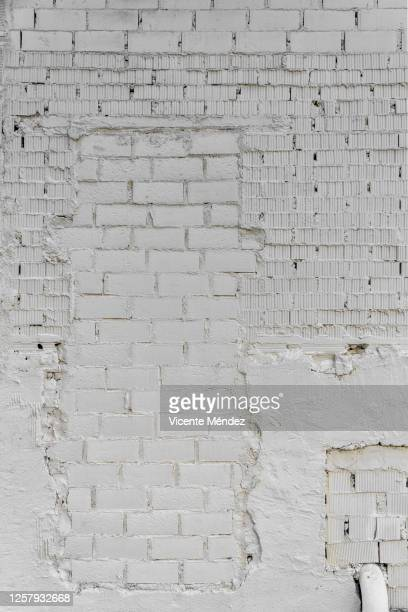 brick door on white wall - vicente méndez fotografías e imágenes de stock