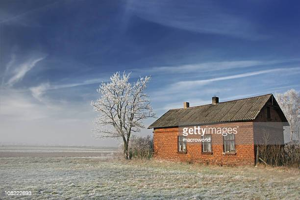 brick farm house in feld im winter - ziegelbau stock-fotos und bilder