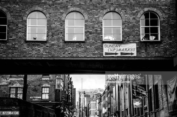 brick lane - londen stadgebied stockfoto's en -beelden