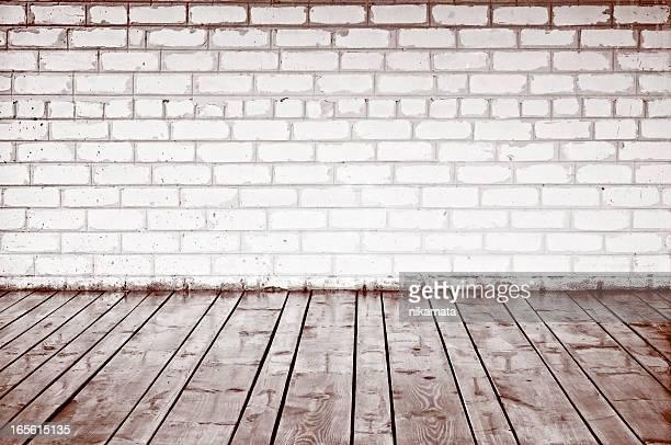 Ziegel Wand und alten hölzernen Planken im Innenbereich
