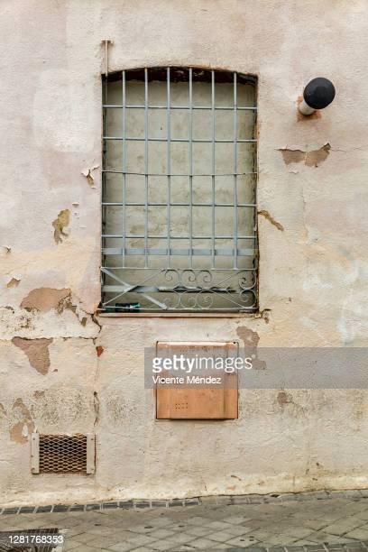 bricked up window - vicente méndez fotografías e imágenes de stock