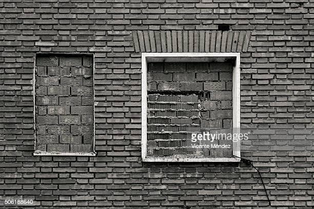 bricked up windows - vicente méndez fotografías e imágenes de stock
