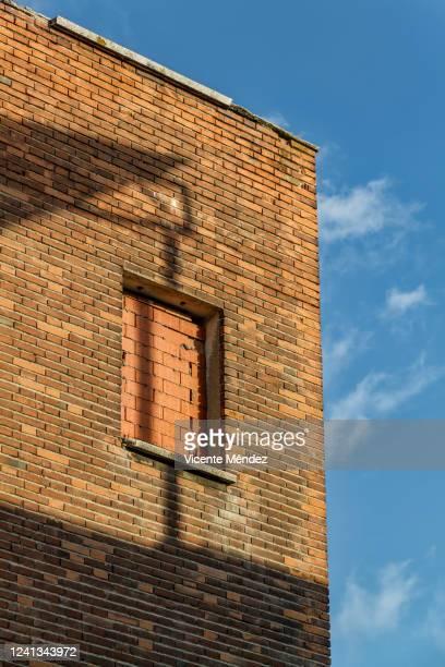 bricked window - vicente méndez fotografías e imágenes de stock