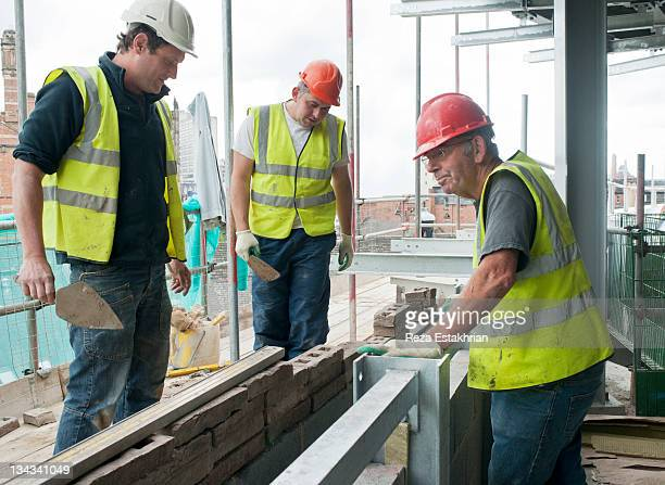 Bricklayers discuss work
