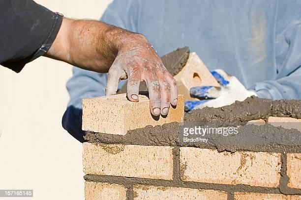 Bricklayers posa mattoni.