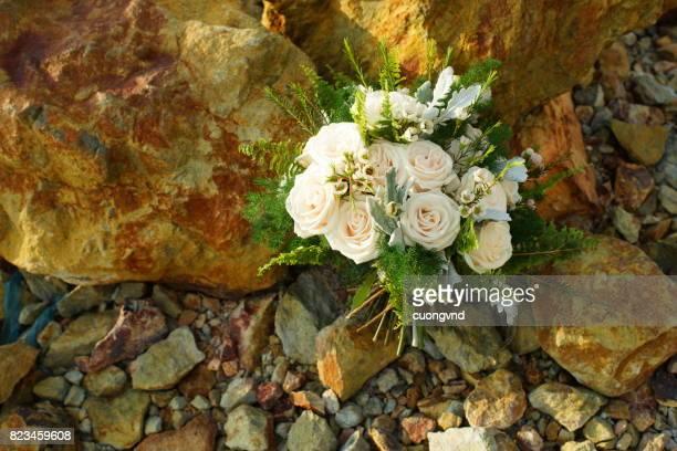 bridal bouquet lying on the rocks. - david ramos fotografías e imágenes de stock