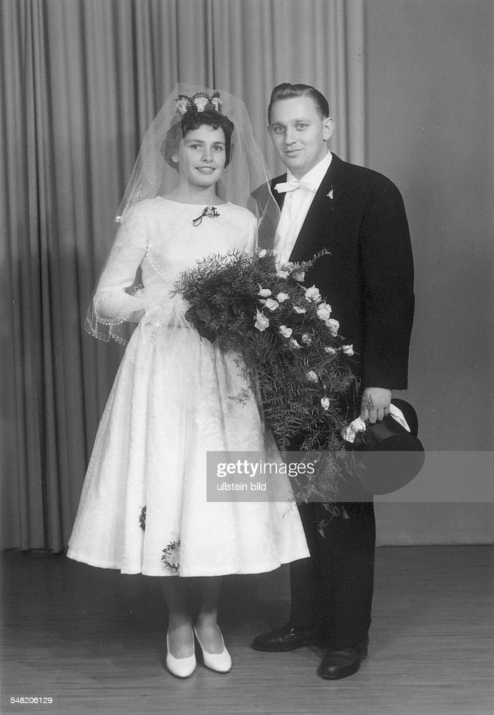 bridal couple at the wedding - around 1958 : News Photo