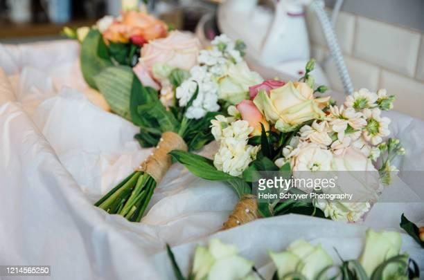 bride and bridesmaid wedding bouquets delivery - ashford kent - fotografias e filmes do acervo