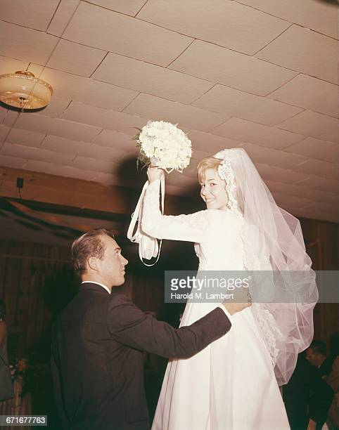bride and groom at wedding ceremony  - {{relatedsearchurl(carousel.phrase)}} imagens e fotografias de stock