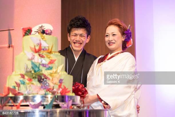 新婦の満面の笑みと一緒に新郎結婚式ケーキカット