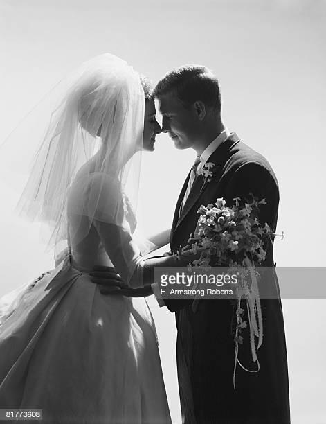 bride and groom embracing, silhouette. - silhueta de corpo feminino preto e branco - fotografias e filmes do acervo