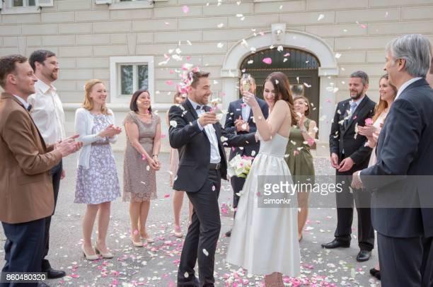 結婚式を楽しんでいる新郎新婦 - 結婚式 ストックフォトと画像