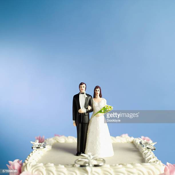bride and groom figurines on a wedding cake - wedding cake figurine stock pictures, royalty-free photos & images
