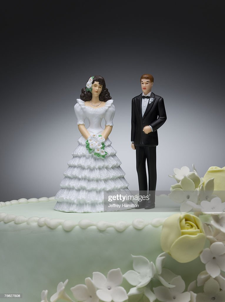 Bride and groom figurines on top of wedding cake : Bildbanksbilder