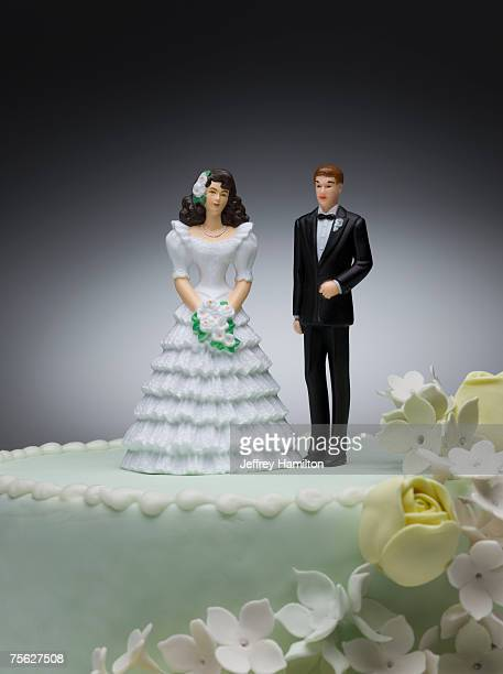 bride and groom figurines on top of wedding cake - wedding cake foto e immagini stock